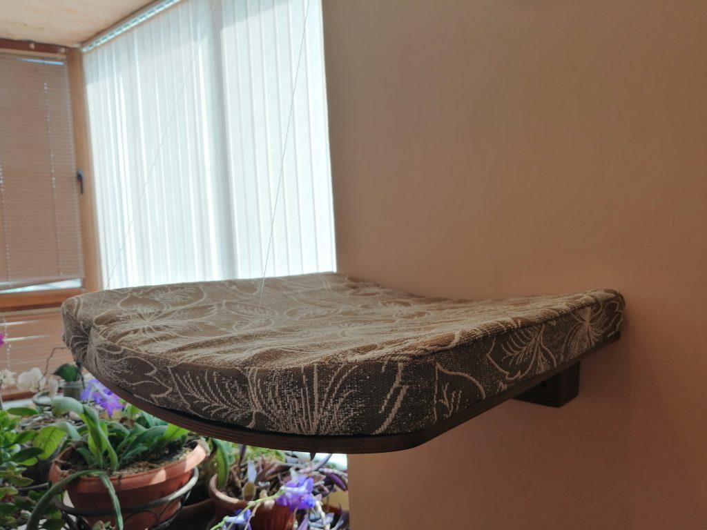 Легло за котка за стена